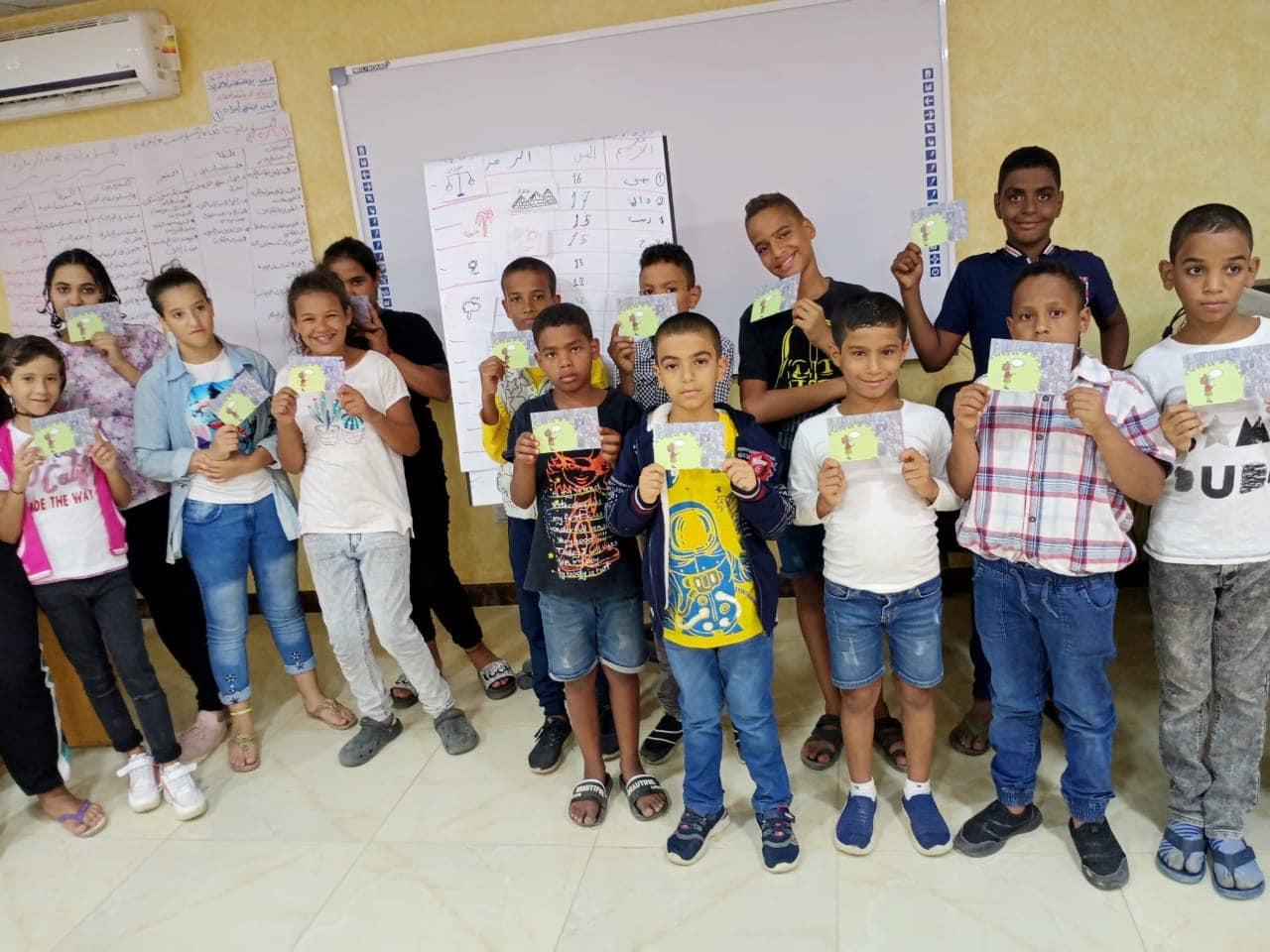 Zavod Krog več kot 500 egiptovskim otrokom razdelil šolske torbe in šolske potrebščine