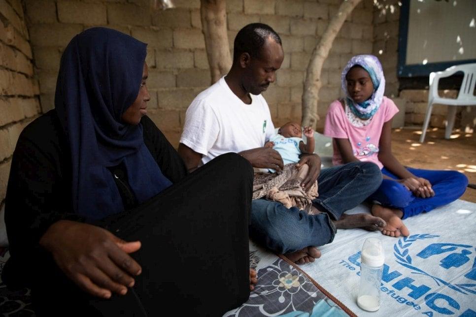 Sudanski begunci iz Darfurja z novorojenko v Tripoliju. Foto UNHCR/Mohamed Alalem