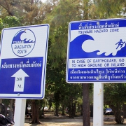 Svarilo pred cunamijem na tajski plaži. Vir: Wikimedia Commons