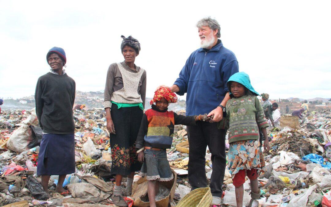 Pedro Opeka z otroci na Madagaskarju. Foto: Izidor Šček/Ognjišče