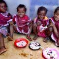 Pomoč šolarjem s hrano za šolsko malico v Ampitafa na Madagaskarju. Vir: Slovenska karitas