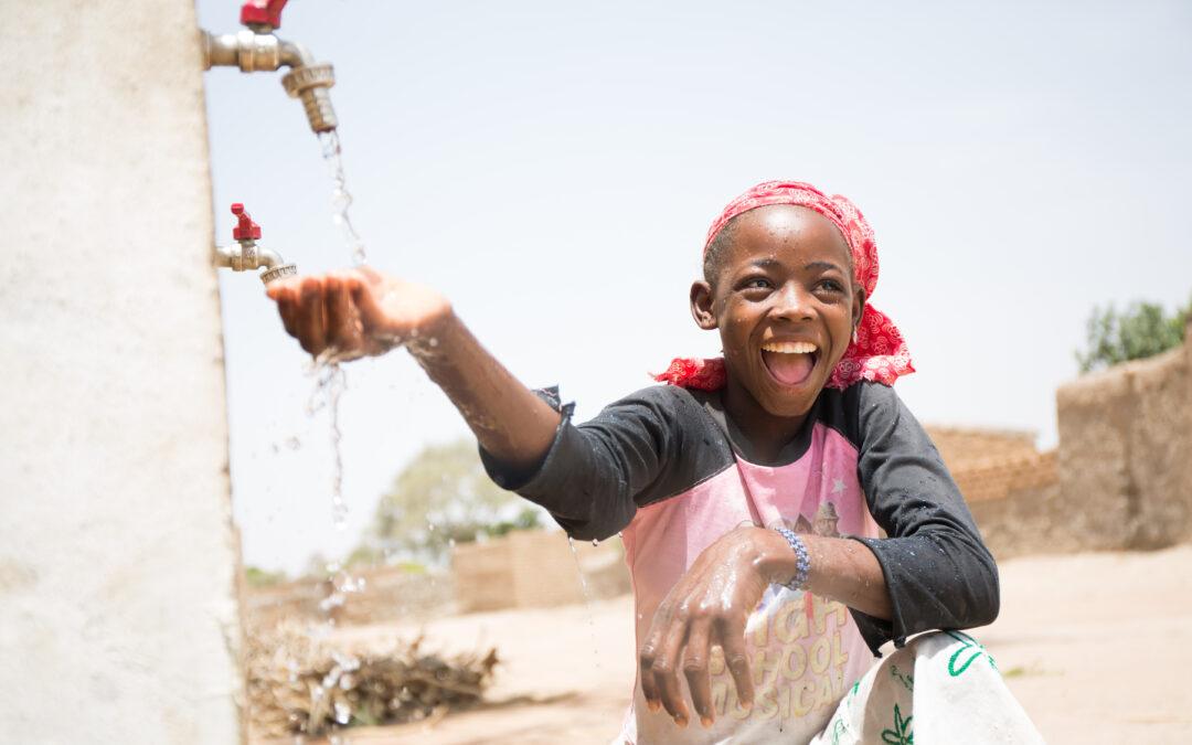 Mariama uživa v čisti vodi iz ene od pip, ki jo je WaterAid namestil v vasi Samabogo v Maliju, april 2018. Foto: WaterAid/Basile Ouedraogo